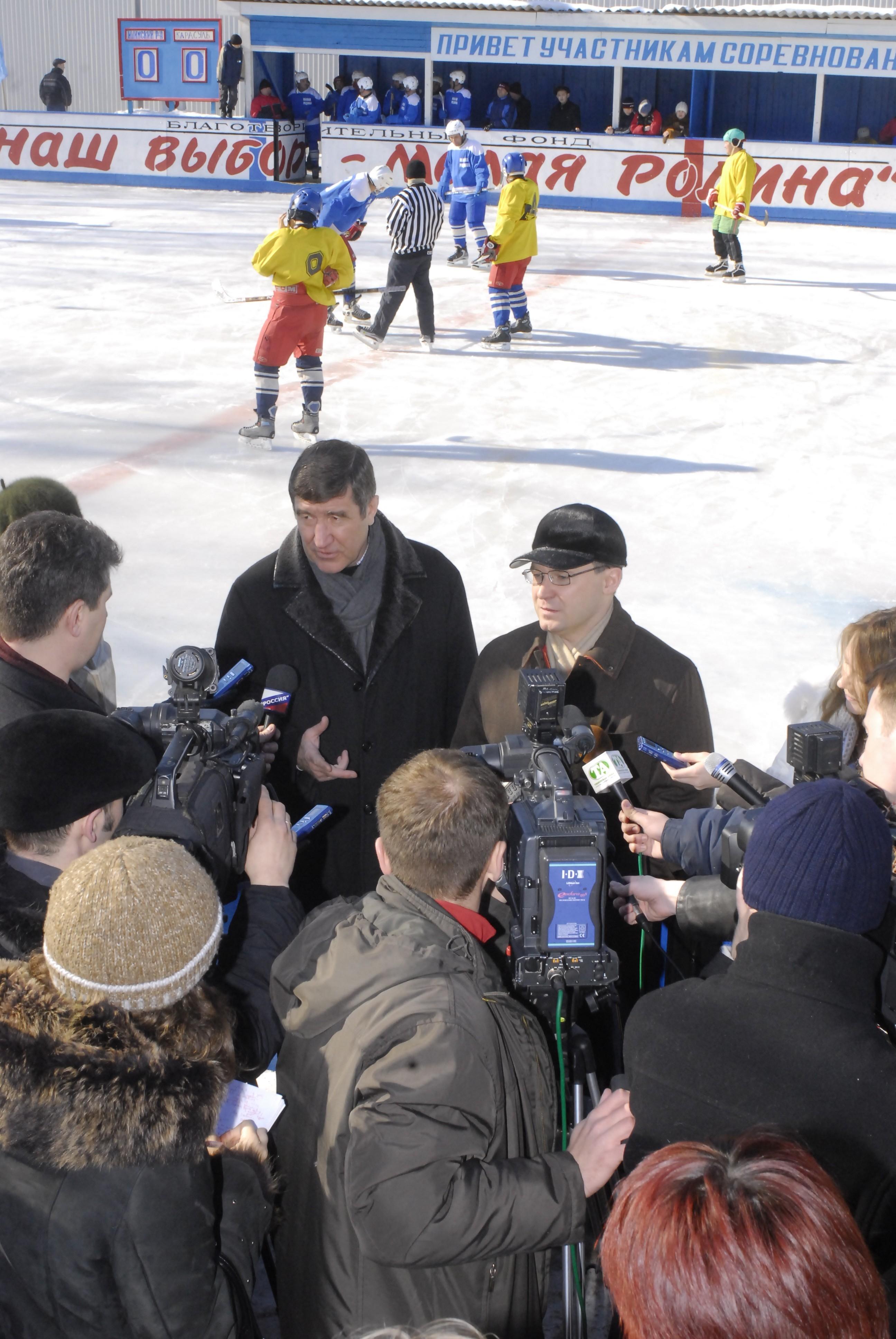 С губернатором Тюменской области В.В. Якушевым (спорткомплекс «Карасульский», Тюменская область); март 2006 г.