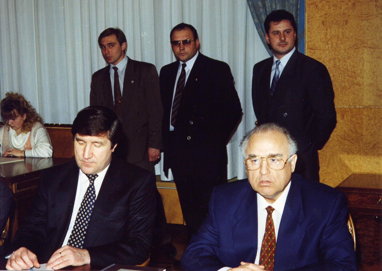 На совещании в правительстве с В.С. Черномырдиным; 1994 г.