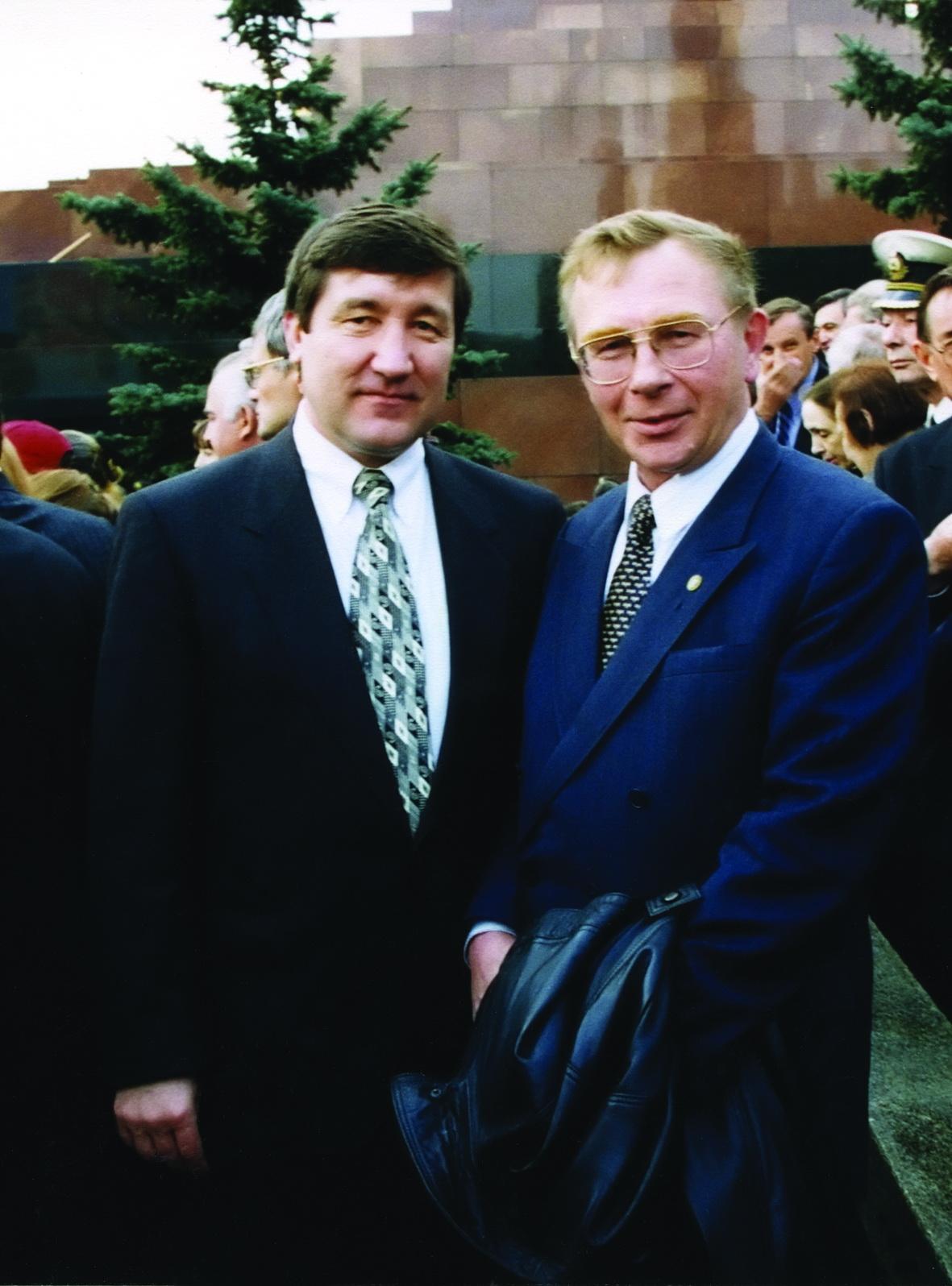 Министр топлива и энергетики Ю.К. Шафраник с министром природных ресурсов В.П. Орловым; Красная площадь, 1996 г.